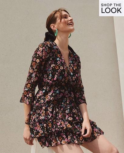 Élégant dans cette robe d'été